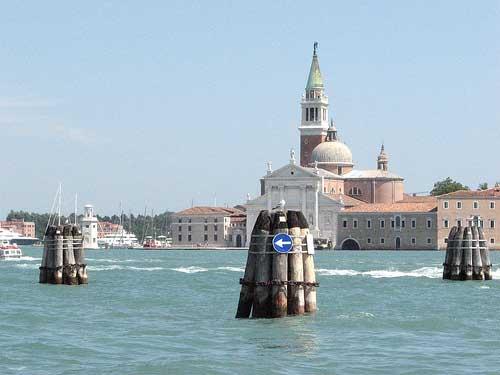 Señalización acuática en Venecia.