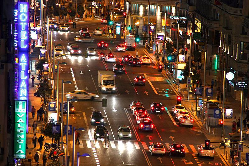 Gran Via nocturna ( Fuente: Wikipedia )