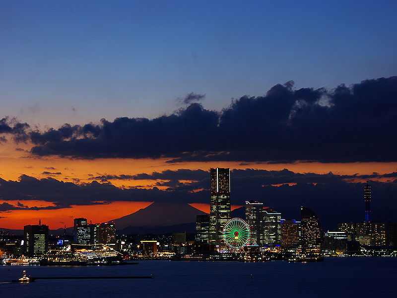 Vista nocuturna de Yokohama ( Fuente: Wikipedia )