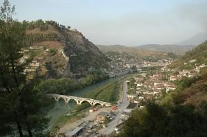 Rio Osum cruzando la Ciudad y la Ciudadela a la izquierda en la colina ( Fuente: Wikipedia)