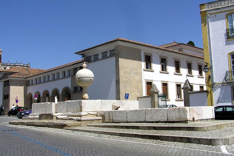 Fuente de la Plaza Puerta de Moura ( Fuente: wikipedia )