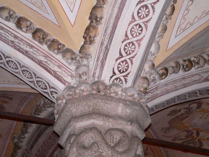 Detalle de los arcos, Capilla de los Huesos ( Fuente: wikipedia )