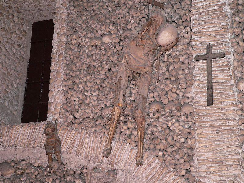Esqueletos colgados, Capilla de los Huesos ( Fuente: wikipedia )