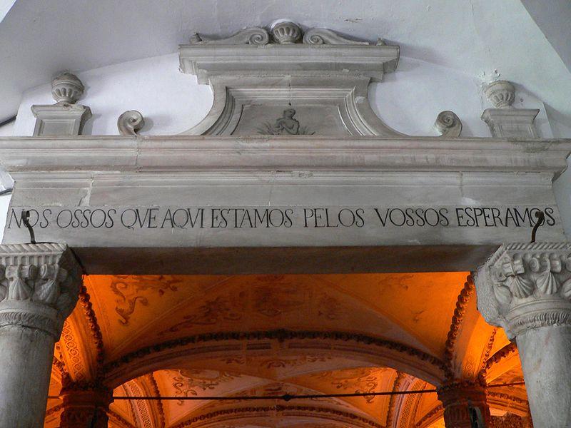 Inscripción de la entrada a la Capilla de los Huesos ( Fuente: wikipedia)