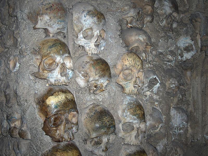 Cráneos, Capilla de los Huesos ( Fuente: wikipedia )