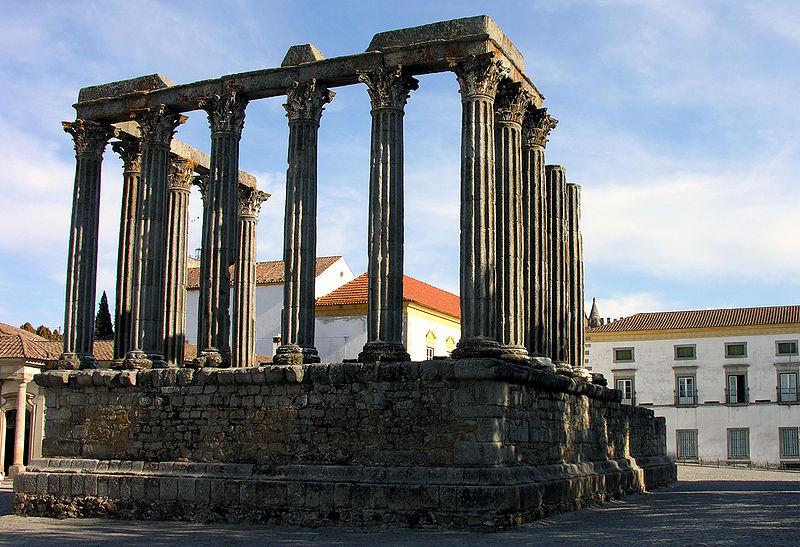 Templo de Diana Cazadora y Muséo Évora de fondo ( Fuente: wikipedia )