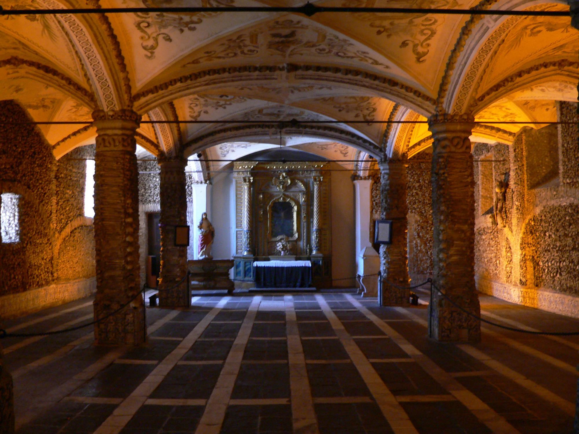 Interior Capilla de los Huesos, Évora ( Fuente: wikipedia )