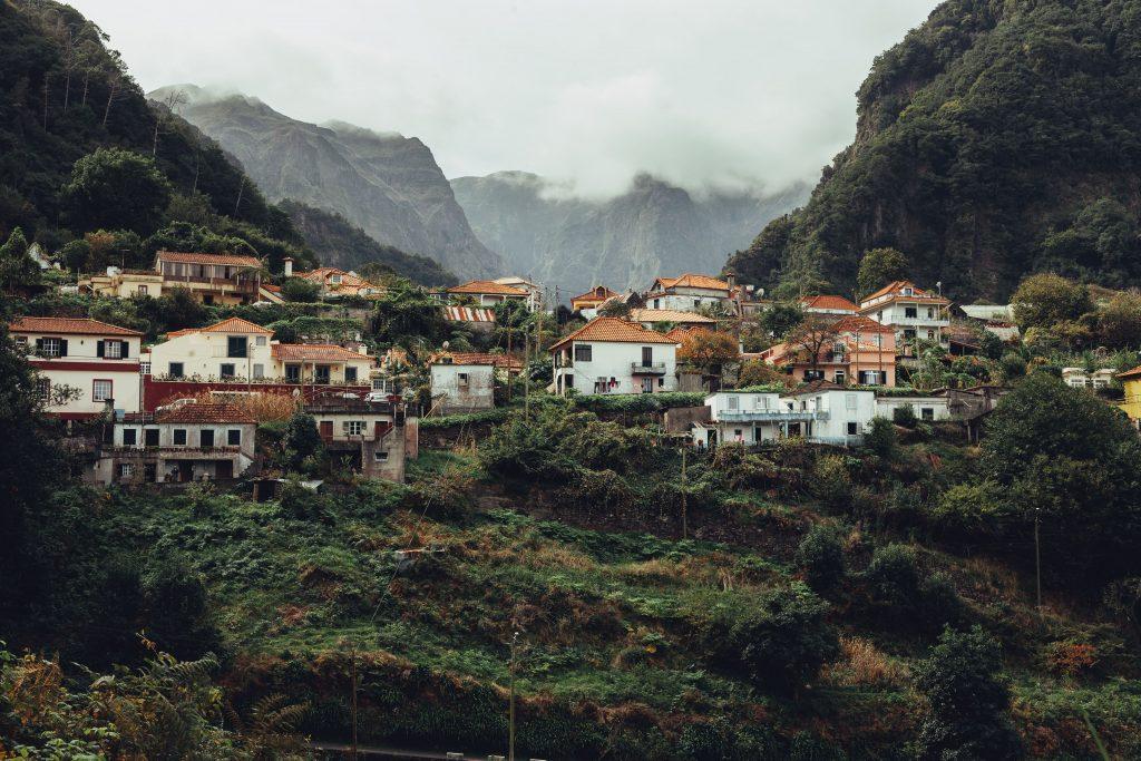 Casas blancas en la costa montañosa de Madeira