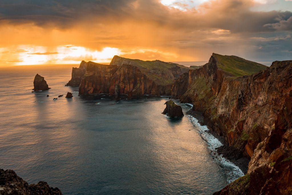 Atardecer en la costa montañosa de Madeira.