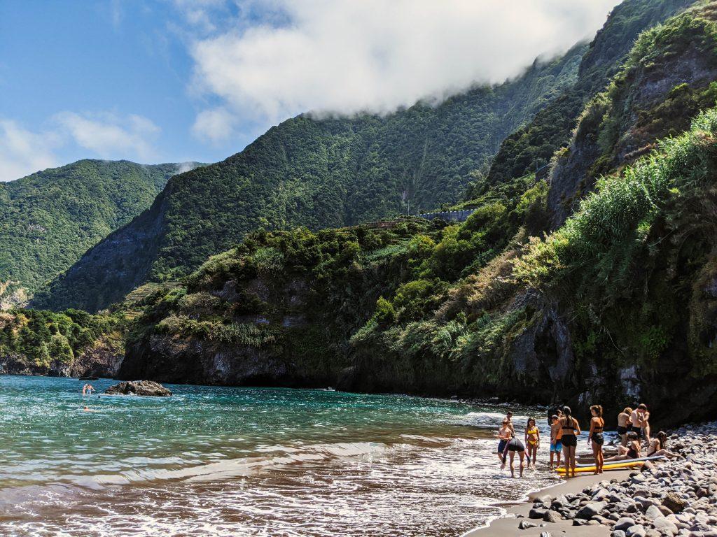 Grupo de gente joven en la orilla de la playa en Madeira.