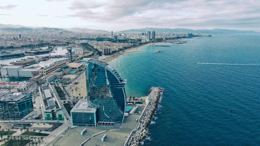 Vista desde el aire de la costa de Barcelona.