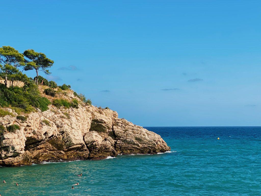 Aguas turquesas y rocas de la costa de Salou.