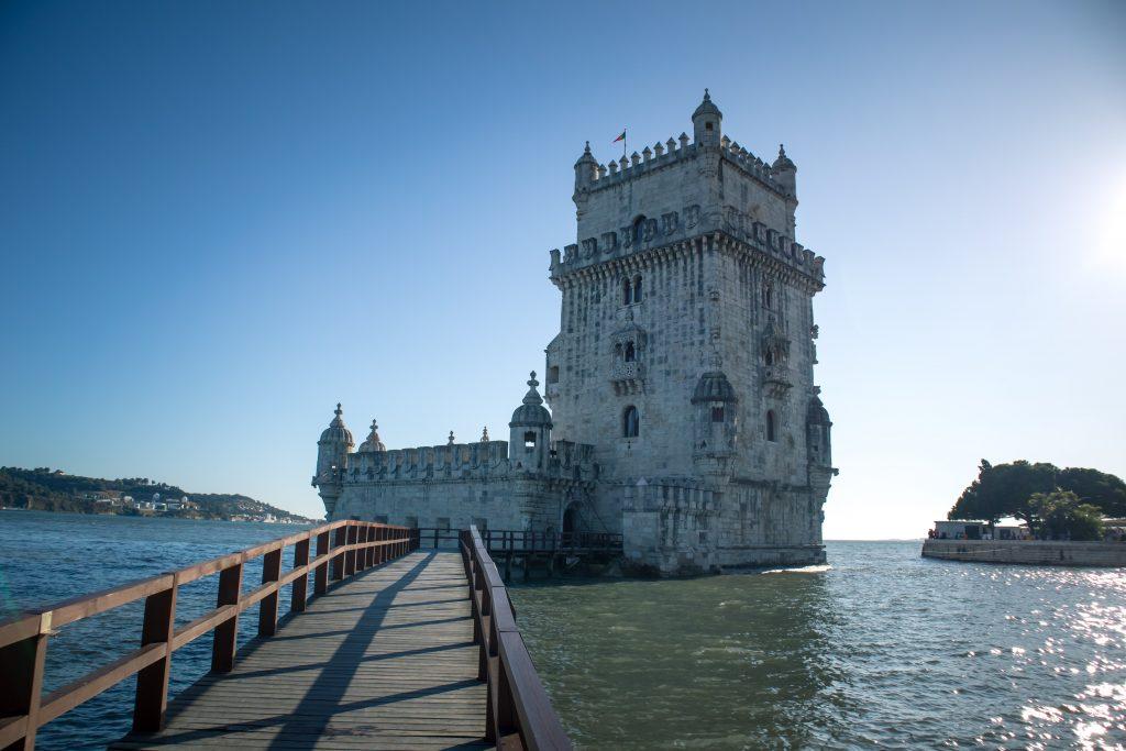 Puente que lleva al Torre de Belem de Lisboa.