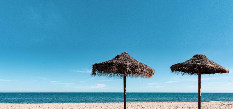 Sombrillas de paja en la playa de Fuengirola.