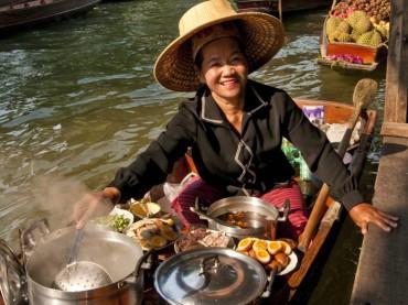 سوق دامنيون سادواك.. سوق فوق الماء في بانكوك