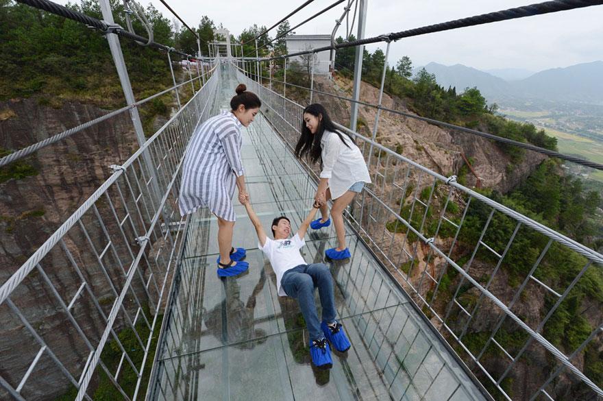 الصين تبني أطول جسر زجاجي في العالم 1