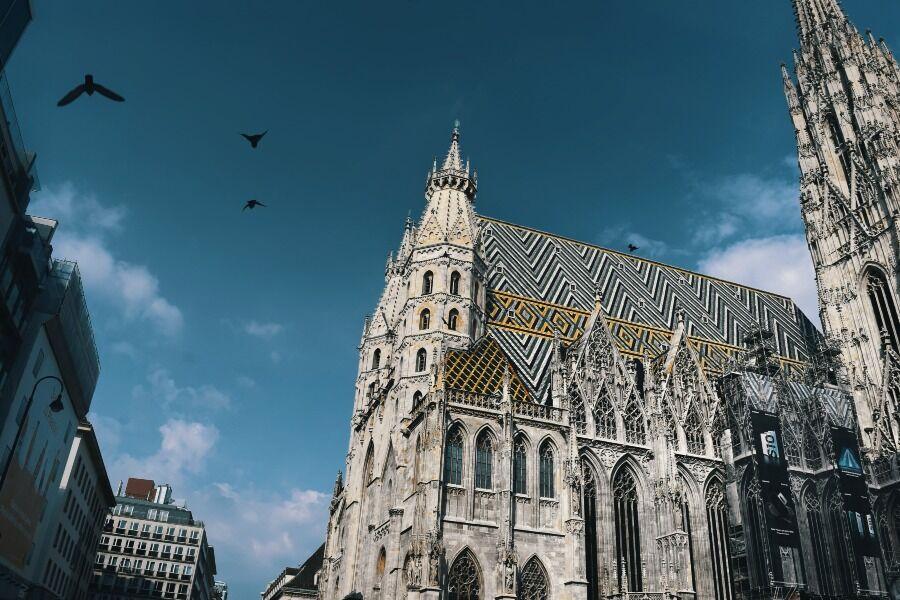 Fodo realizada desde abajo de los edificios históricos de Viena, Austria