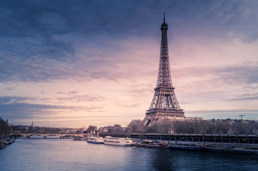 Panorámica del río sena y Torre Eiffel al fondo, París