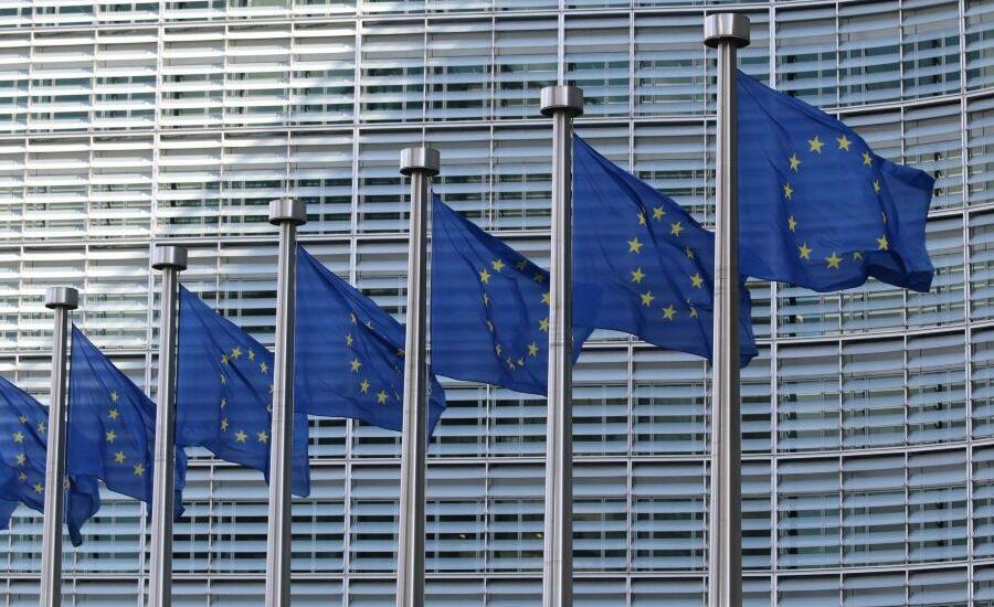 Banderas de la Union Europea frente a edificio oficial-baratos-europa