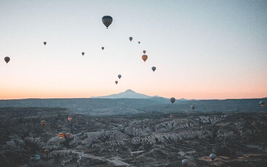 Globo aerostáticos sobrevolando Capadocia, Turquía.