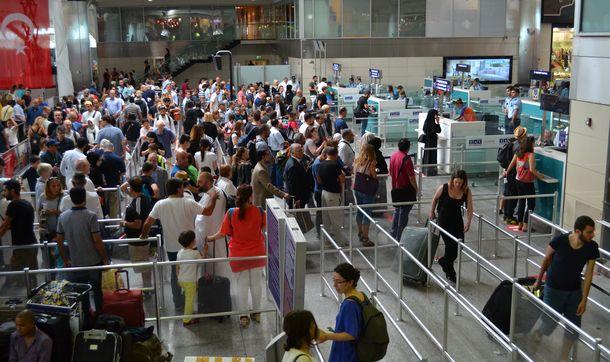 Ataturk Havalimani'nda bombali saldirinin ardindan ikinci gununde yolcu yogunlugu yasaniyor. Pasaport kontrol noktasi onunde kuyruklar olustu.