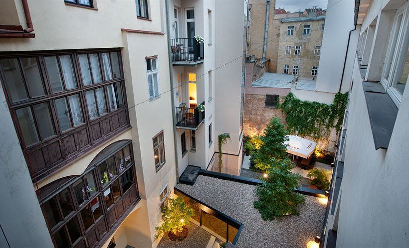 vista-del-patio-del-patio-interior-del-hotel-three-crowns-praga