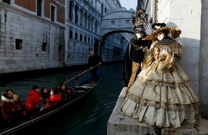 vista-de-los-canales-de-venecia-y-maschera-mobile
