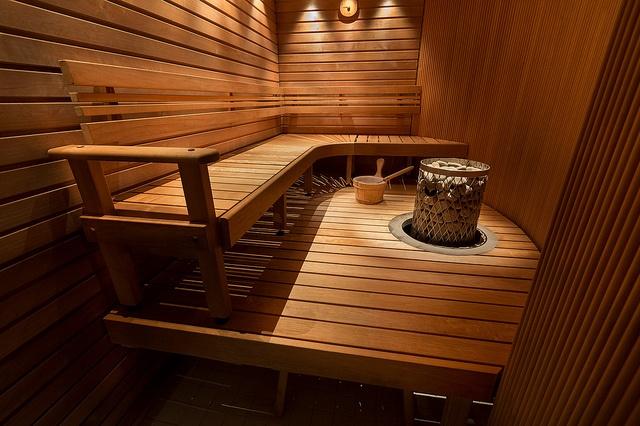 vista-del-interior-de-una-sauna-finlandesa