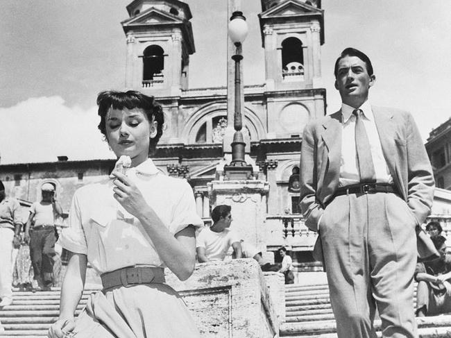 Audrey-hepburn-se-come-un-helado-en-esta-cena-de-vacaciones-en-roma