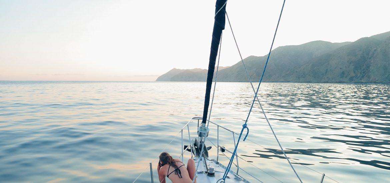 usuario-navegando-en-un-barco