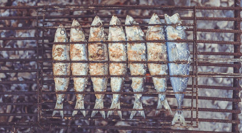 comer-sardinas-a-la-brasa