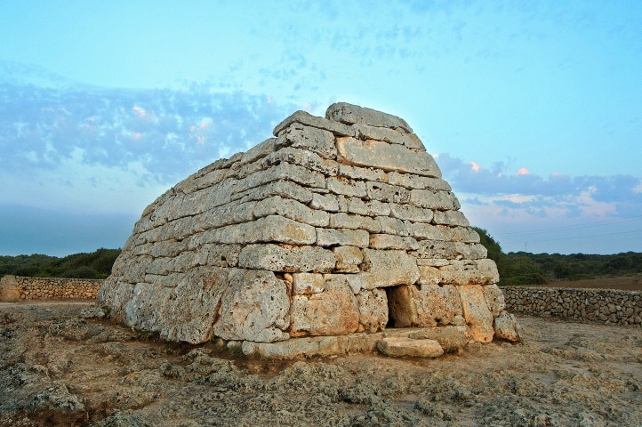 Menorca_monumento_megalítico_Naveta_des_Tudons