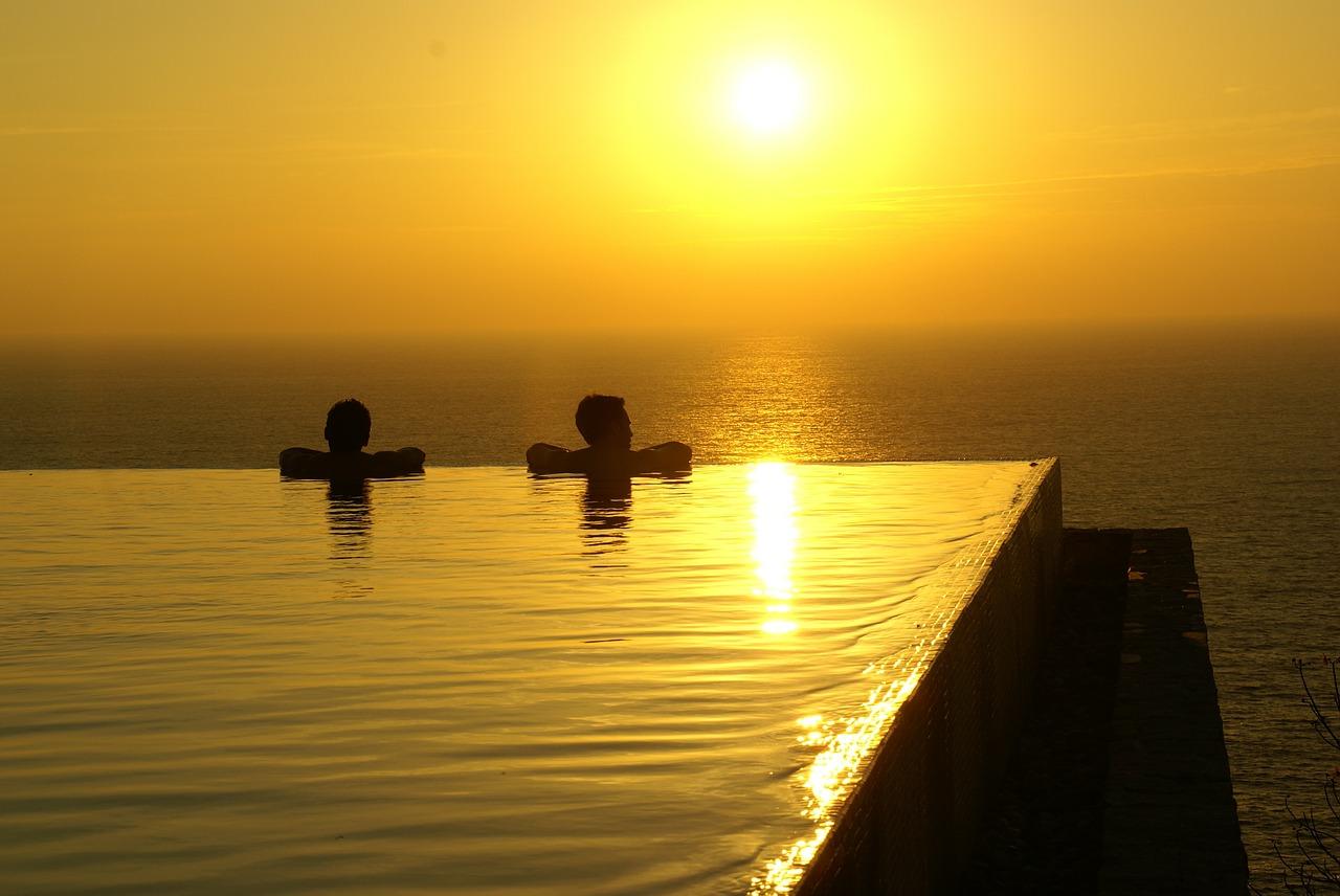pareja piscina planes romanticos