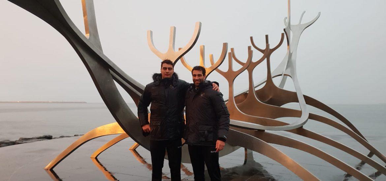 Iosu Goñi e Iñaki Peciña, frente al Viajero del Sol, en Islandia