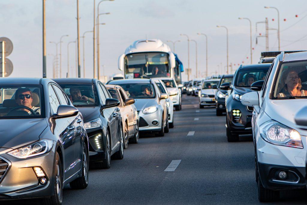 Atasco de coches en carretera