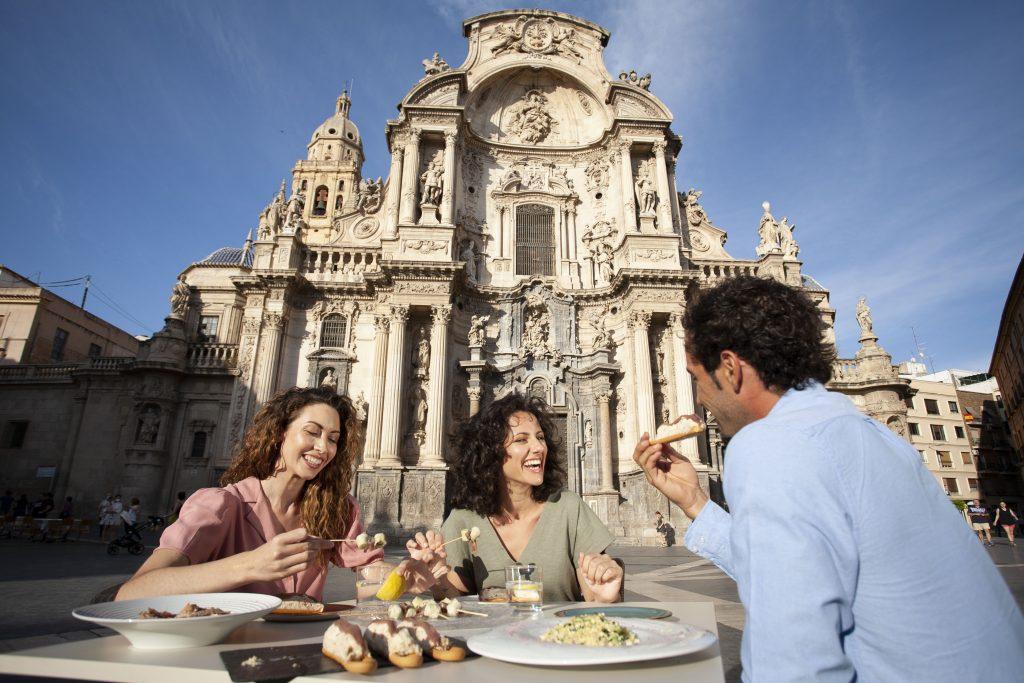 Turistas comiendo en Murcia capital