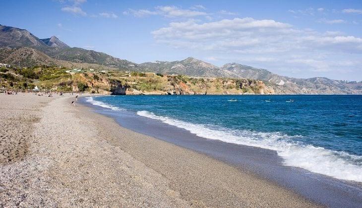 Orilla del mar de la playa de Burriana, en la costa del sol