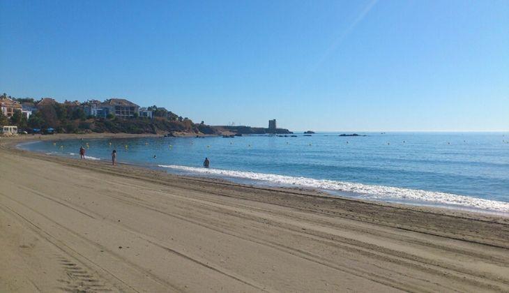 Orilla de la playa de Playa Ancha, en la Costa del sol.