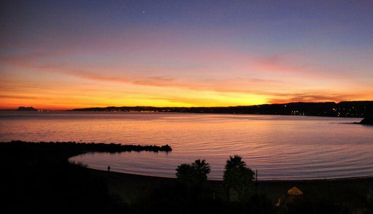 Anochecer en la orilla de la Playa del Cristo, en la Costa del Sol.