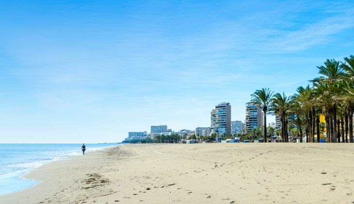 Orilla del mar de la playa Álamos en la costa del Sol.