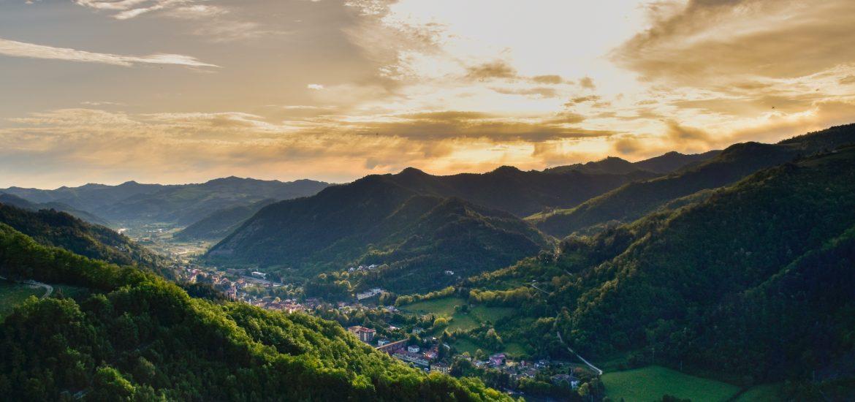 Imagen panorámica de Marradi, pueblo italiano rodeado de verdes montañas.
