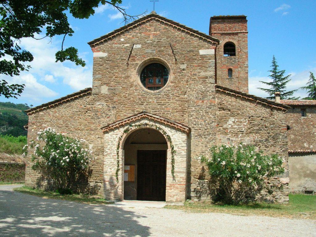 Pequeña iglesia de piedra en Brisighella, pueblo de Italia.