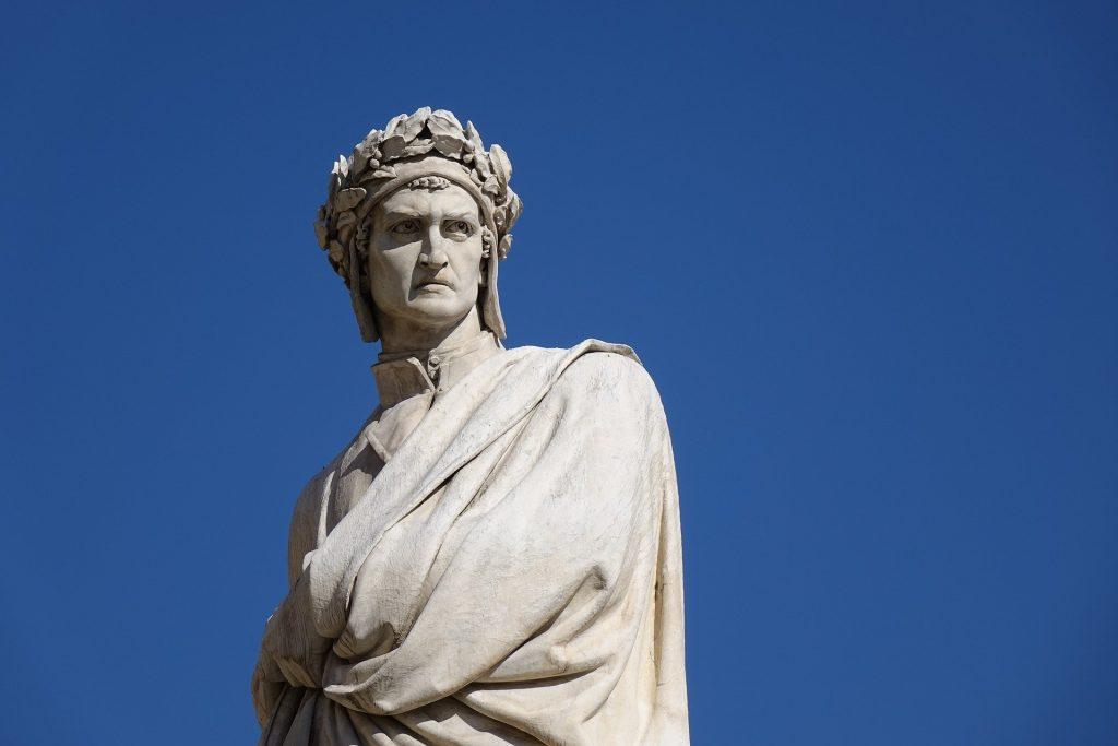 Estatua de Dante Alighieri en Italia.
