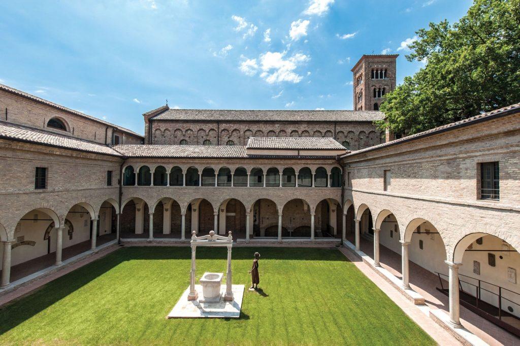 Patio verde de la Basílica de Ravenna con pozo en el medio.