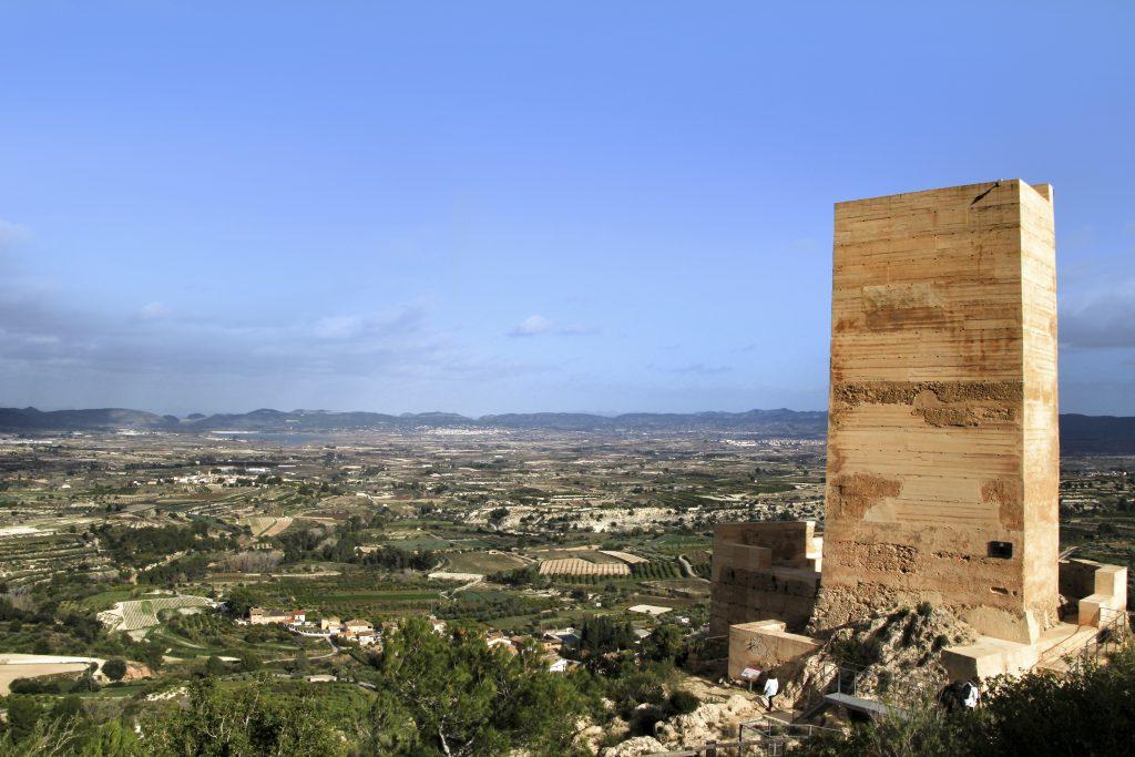 Torre de vigilancia del Castillo de Carrícola y vista panoramica del valle de Albaida atrás