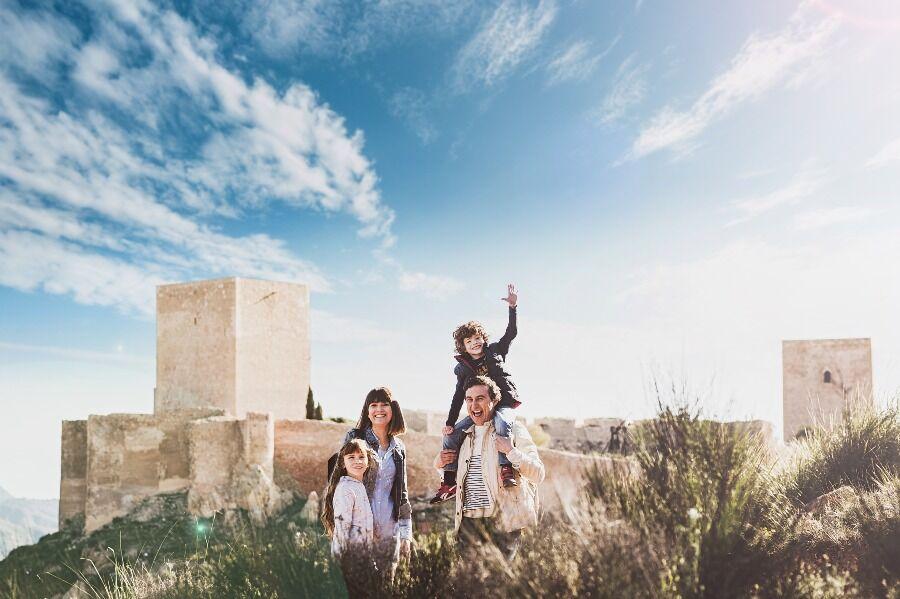 Familia con el Castillo de Lorca detrás.