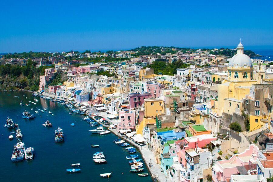 Vista desde el aire de la ciudad de Corricella, isla de Prócida, Italia.