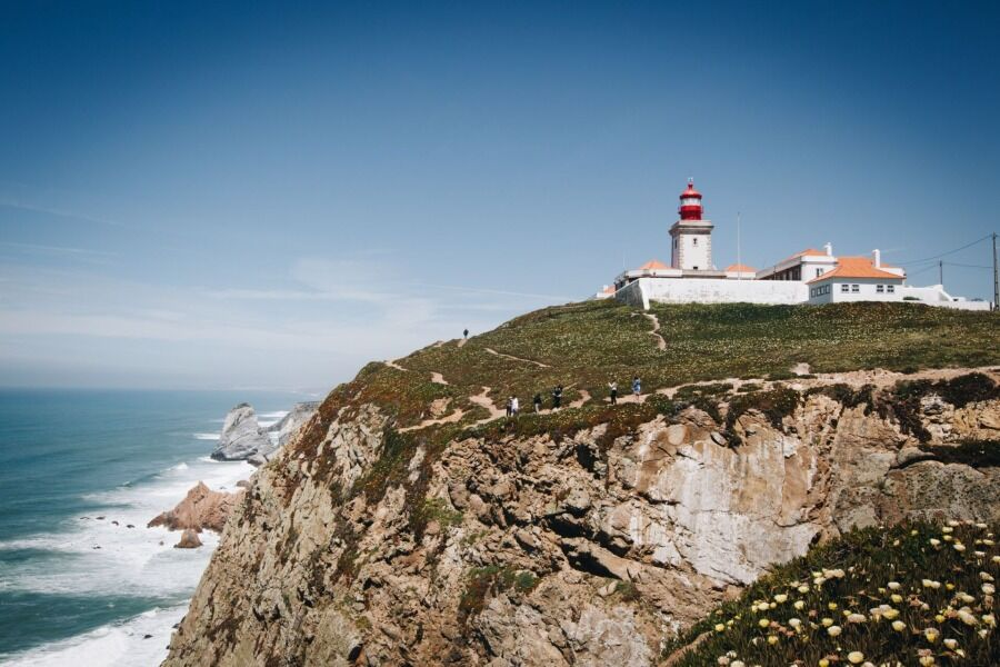 Faro del cabo da Roca de Portugal, en acantilado.