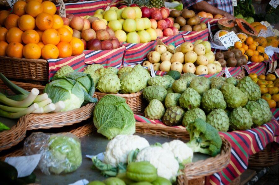 Frutas y verduras de un puesto en un mercado.
