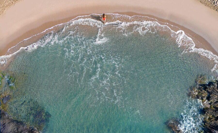 Imagen desde el aire de la orilla de la playa de Percheles, en Mazarrón, Murcia.
